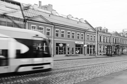 Bild: Moderne Straßenbahn und gepflegtes Holzhaus in der Neustadt von Riga. OLYMPUS OM-D E-M5 mit M.Zuiko Digital 12-50 mm 1:3.5-6.3 EZ. ISO 400 ¦ f/9 ¦ 12 mm ¦ 1/40 s ¦ kein Blitz. Klicken Sie auf das Bild um es zu vergrößern.