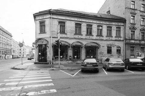 Bild: Holzarchitektur in der Neustadt von Riga. OLYMPUS OM-D E-M5 mit M.Zuiko Digital 12-50 mm 1:3.5-6.3 EZ. ISO 400 ¦ f/7,1 ¦ 12 mm ¦ 1/40 s ¦ kein Blitz. Klicken Sie auf das Bild um es zu vergrößern.