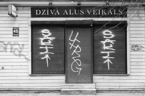 Bild: In diesem zum Geschäft umgebauten Holzhaus in der Neustadt von Riga gab es mal Bier. Einige Läden haben die Wirtschaftskrisen der letzten Jahre nicht überstanden. OLYMPUS OM-D E-M5 mit M.Zuiko Digital 12-50 mm 1:3.5-6.3 EZ. ISO 200 ¦ f/7,1 ¦ 40 mm ¦ 1/10 s ¦ kein Blitz. Klicken Sie auf das Bild um es zu vergrößern.