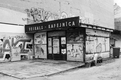 Bild: Und auch dieser Kiosk in der Neustadt von Riga musste schließen. OLYMPUS OM-D E-M5 mit M.Zuiko Digital 12-50 mm 1:3.5-6.3 EZ. ISO 200 ¦ f/7,1 ¦ 18 mm ¦ 1/15 s ¦ kein Blitz. Klicken Sie auf das Bild um es zu vergrößern.