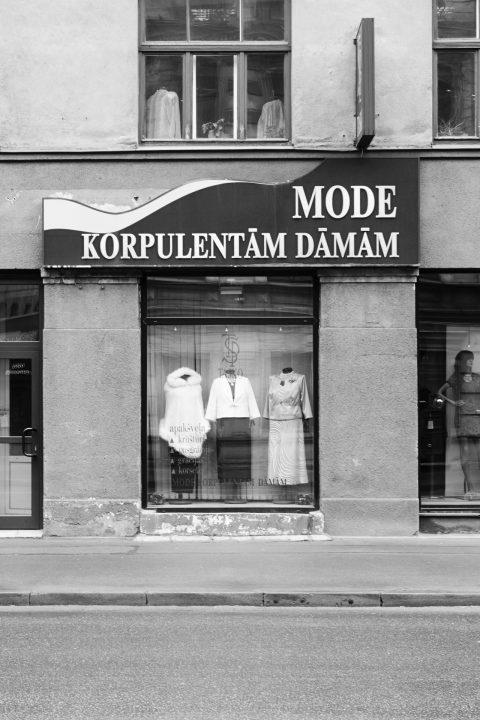 Bild: In der Neustadt von Riga ist beim Einkaufen an alle Eventualitäten gedacht. Bekleidung für die rustikale Dame in der Marijas iela. OLYMPUS OM-D E-M5 mit M.Zuiko Digital 12-50 mm 1:3.5-6.3 EZ. ISO 200 ¦ f/7,1 ¦ 35 mm ¦ 1/13 s ¦ kein Blitz. Klicken Sie auf das Bild um es zu vergrößern.