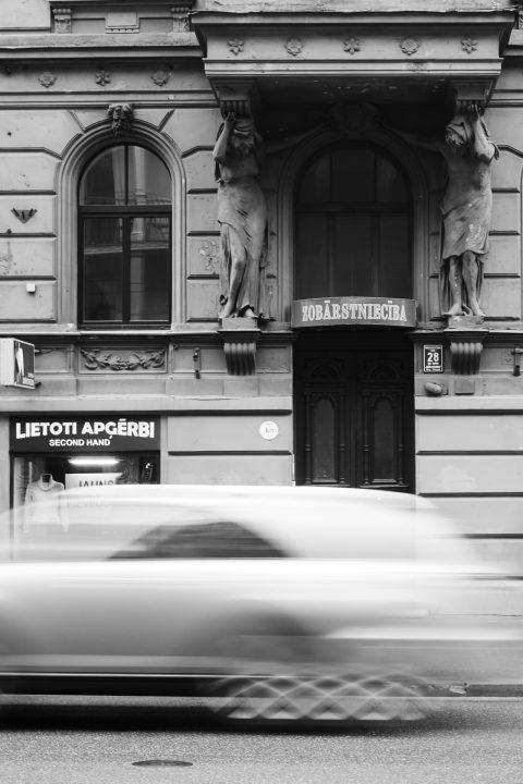 Bild: In diesem Jugendstilhaus in der Marijas iela in der Neustadt von Riga gibt es Second Hand Kleidung - Warum auch nicht? OLYMPUS OM-D E-M5 mit M.Zuiko Digital 12-50 mm 1:3.5-6.3 EZ. ISO 200 ¦ f/7,1 ¦ 28 mm ¦ 1/6 s ¦ kein Blitz. Klicken Sie auf das Bild um es zu vergrößern.