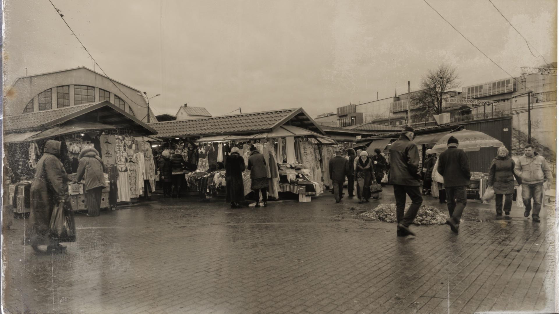 Bild: Unterwegs an der Gogoļa iela am Zentralmarkt von Riga. Hier geht es deutlich ärmlicher zu, als in den Hallen des Zentralmarktes. OLYMPUS OM-D E-M5 mit M.Zuiko Digital 12-50 mm 1:3.5-6.3 EZ. ISO 640 ¦ f/7,1 ¦ 12 mm ¦ 1/50 s ¦ kein Blitz. Klicken Sie auf das Bild um es zu vergrößern.