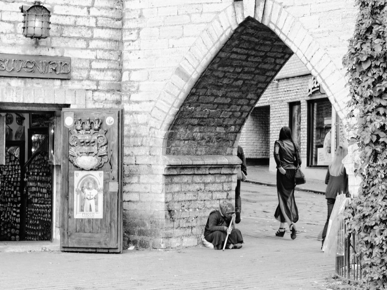 Bild: Dieses Foto zeigt den Generationenkonflikt im Tallinn unserer Tage. Arme Rentnerin und junge Frau am Vana Viru Tor. NIKON D700 mit AF-S NIKKOR 24-120 mm 1:4G ED VR. ISO 40 ¦ f/5,6 ¦ 65 mm ¦ 1/60 s ¦ kein Blitz. Klicken Sie auf das Bild um es zu vergrößern.