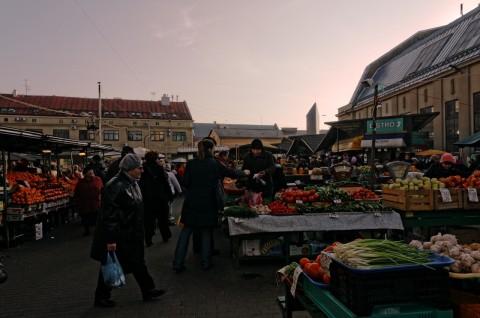 Bild: Abend an den Markthallen von Riga. Hier treffen alle in Riga vertretenen Nationalitäten aufeinander. NIKON D300s mit AF-S DX NIKKOR 18-200 mm 1:3.5-5.6G ED VR Ⅱ. ISO 640 ¦ f/11 ¦ 18 mm ¦ 1/400 s ¦ kein Blitz. Klicken Sie auf das Bild um es zu vergrößern.