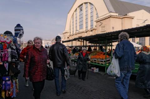 Bild: Abends unterwegs auf dem Zentralmarkt von Riga. NIKON D300s mit AF-S DX NIKKOR 18-200 mm 1:3.5-5.6G ED VR Ⅱ. ISO 2000 ¦ f/11 ¦ 18 mm ¦ 1/160 s ¦ kein Blitz. Klicken Sie auf das Bild um es zu vergrößern.