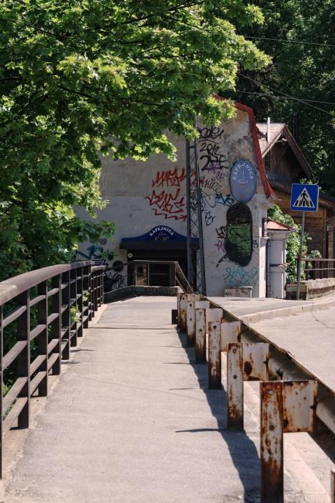 Bild: Auf der Eisenbahnbrücke an der Friča Brīvzemnieka iela im Stadtteil Torņakalns. NIKON D700 mit AF-S NIKKOR 28-300 mm 1:3.5-5.6G ED VR. ISO 200 ¦ f/11 ¦ 100 mm ¦ 1/100 s ¦ kein Blitz. Klicken Sie auf das Bild um es zu vergrößern.