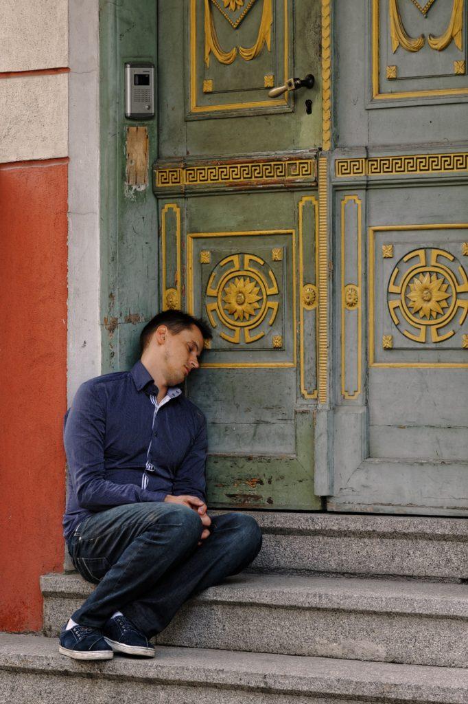 Bild: Einfach mal in Ruhe den Rausch nach einer Partynacht ausschlafen. Am Sonntagmorgen unterwegs in der Altstadt von Tallinn. NIKON D700 mit AF-S NIKKOR 24-120 mm 1:4G ED VR. ISO 200 ¦ f/5,6 ¦ 120 mm ¦ 1/20 s ¦ kein Blitz. Klicken Sie auf das Bild um es zu vergrößern.