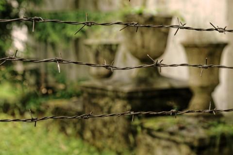 Bild: Die Lebensumstände der Häftlinge im Patarei Gefängnis waren nach westlichen Maßstäben unvorstellbar - Nur ein winziger Friedhof erinnert an die während der Haft verstorbenen Gefangenen. NIKON D700 mit AF-S NIKKOR 24-120 mm 1:4G ED VR. ISO 640 ¦ f/5,6 ¦ 75 mm ¦ 1/60 s ¦ kein Blitz. Klicken Sie auf das Bild um es zu vergrößern.
