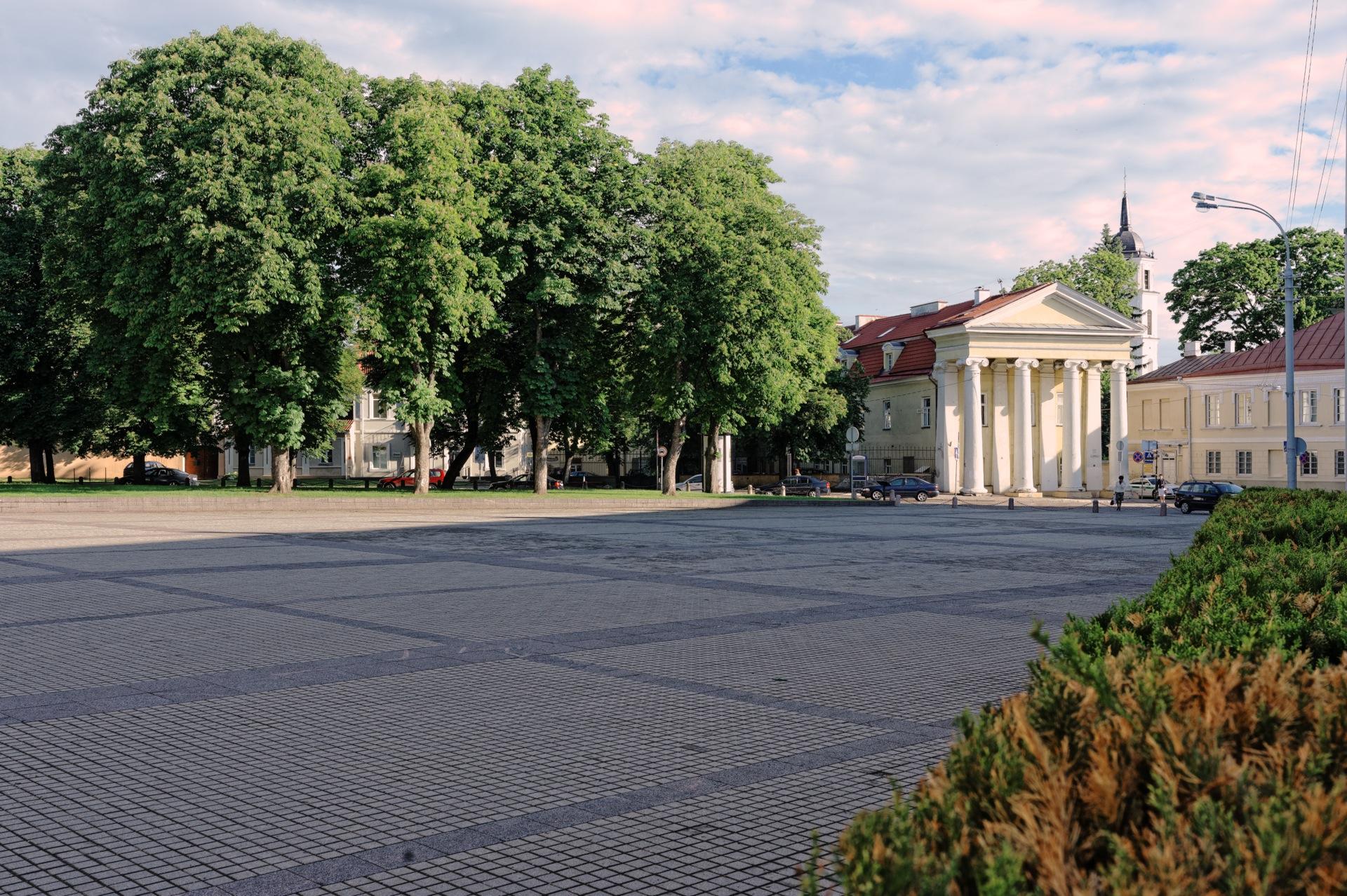 Bild: In der Universiteto gatvė in der Altstadt von Vilnius. NIKON D700 mit CARL ZEISS Distagon T* 1.4/35 ZF.2. ISO 200 ¦ f/11 ¦ 35 mm ¦ 1/125 s ¦ kein Blitz. Klicken Sie auf das Bild um es zu vergrößern.
