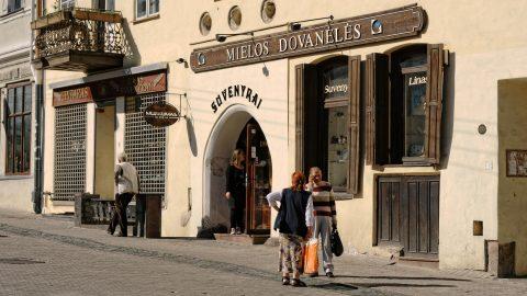 Bild: Vilnius kann auch ein Dorf sein - Ein Schwätzchen am Tor der Morgenröte (Aušros Vartai). NIKON D700 mit AF-S NIKKOR 24-120 mm 1:4G ED VR. ISO 200 ¦ f/7,1 ¦ 75 mm ¦ 1/800 s ¦ kein Blitz. Klicken Sie auf das Bild um es zu vergrößern.