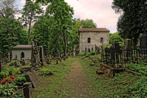 Bild: Der Bernhardiner Friedhof beherbergt auf einer Fläche von 38.000 Quadratmetern etwa 14.000 Gräber. NIKON D700 mit AF-S NIKKOR 24-120 mm 1:4G ED VR. ISO 2000 ¦ f/9 ¦ 24 mm ¦ 1/160 s ¦ kein Blitz. Klicken Sie auf das Bild um es zu vergrößern.