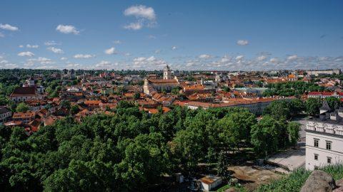 Bild: Auf der Burg des Gediminas. Ein unvergesslicher Blick über die Altstadt von Vilnius. NIKON D700 mit CARL ZEISS Distagon T* 2.8/25 ZF. ISO 200 ¦ f/16 ¦ 25 mm ¦ 1/400 s ¦ kein Blitz. Klicken Sie auf das Bild um es zu vergrößern.   CARL ZEISS Distagon T* 2.8/25 ZF