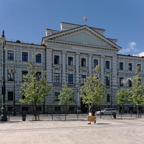 Bild: Dieses Gebäude am Gediminas Prospekt in Vilnius weckt auch heute noch schmerzliche Erinnerungen an die Zeit der sowjetischen Besatzung. Hier war das Hauptquartier des berüchtigten sowjetischen Geheimdienstes KGB. NIKON D700 mit AF-S NIKKOR 24-120 mm 1:4G ED VR. ISO 200 ¦ f/9 ¦ 24 mm ¦ 1/320 s ¦ kein Blitz. Klicken Sie auf das Bild um es zu vergrößern.