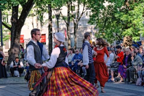 Bild: Das Volksfest Skamba Skamba Kangliai findet jedes Jahr Ende Mai in Vilnius statt. Hier wird getanzt, gegessen und getrunken. Die Litauer sind zu Recht stolz auf ihre Traditionen. NIKON D700 mit AF-S NIKKOR 24-120 mm 1:4G ED VR. ISO 200 ¦ f/5,6 ¦ 90 mm ¦ 1/400 s ¦ kein Blitz. Klicken Sie auf das Bild um es zu vergrößern.