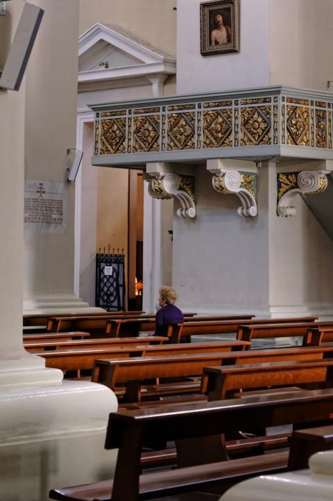 Bild: Die Kathedrale von Vilnius ist ein Ort der Ruhe und der spirituellen Einkehr. NIKON D700 mit AF-S NIKKOR 24-120 mm 1:4G ED VR. ISO 6400 ¦ f/7,1 ¦ 85 mm ¦ 1/50 s ¦ kein Blitz. Klicken Sie auf das Bild um es zu vergrößern.