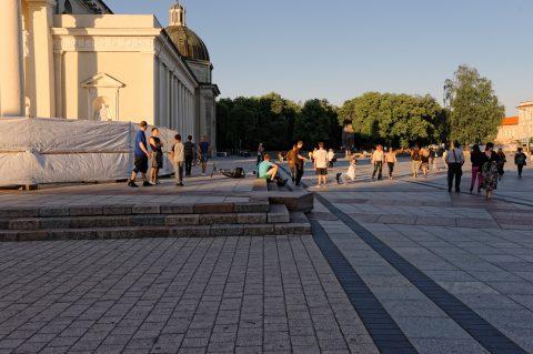 Bild: Das moderne Vilnius - Breakdancer auf dem Kathedralenplatz. NIKON D700 mit CARL ZEISS Distagon T* 1.4/35 ZF.2. ISO 200 ¦ f/7,1 ¦ 35 mm ¦ 1/500 s ¦ kein Blitz. Klicken Sie auf das Bild um es zu vergrößern.