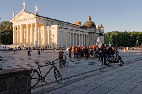 Bild: Demonstration auf dem Kathedralenplatz von Vilnius. NIKON D700 mit CARL ZEISS Distagon T* 1.4/35 ZF.2. ISO 200 ¦ f/7,1 ¦ 35 mm ¦ 1/200 s ¦ kein Blitz. Klicken Sie auf das Bild um es zu vergrößern.