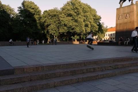 Bild: Das moderne Vilnius - Abends füllt sich ein Teil des Kathedralenplatzes mit Skateboardern. NIKON D700 mit CARL ZEISS Distagon T* 1.4/35 ZF.2. ISO 200 ¦ f/9 ¦ 35 mm ¦ 1/200 s ¦ kein Blitz. Klicken Sie auf das Bild um es zu vergrößern.