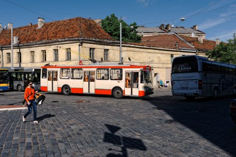 Bild: Morgendliche Betriebsamkeit in der Neustadt von Vilnius. Der Öffentliche Personennahverkehr wird ausschließlich durch Busse abgewickelt. NIKON D700 mit CARL ZEISS Distagon T* 1.4/35 ZF.2. ISO 200 ¦ f/7,1 ¦ 35 mm ¦ 1/2000 s ¦ kein Blitz. Klicken Sie auf das Bild um es zu vergrößern.