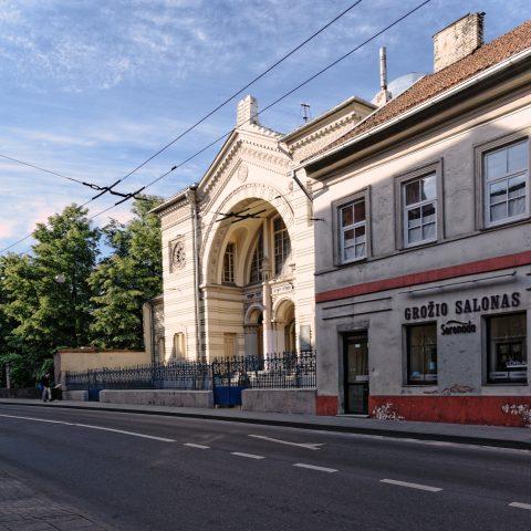 Bild: An der Synagoge von Vilnius in der Pylimo gatvė. NIKON D700 mit AF-S NIKKOR 24-120 mm 1:4G ED VR. ISO 200 ¦ f/9 ¦ 24 mm ¦ 1/250 s ¦ kein Blitz. Klicken Sie auf das Bild um es zu vergrößern.