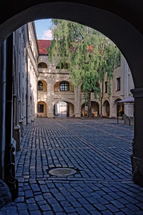 Bild: Unterwegs in der Universität zu Vilnius. NIKON D700 mit CARL ZEISS Distagon T* 1.4/35 ZF.2. ISO 2000 ¦ f/9 ¦ 35 mm ¦ 1/200 s ¦ kein Blitz. Klicken Sie auf das Bild um es zu vergrößern.
