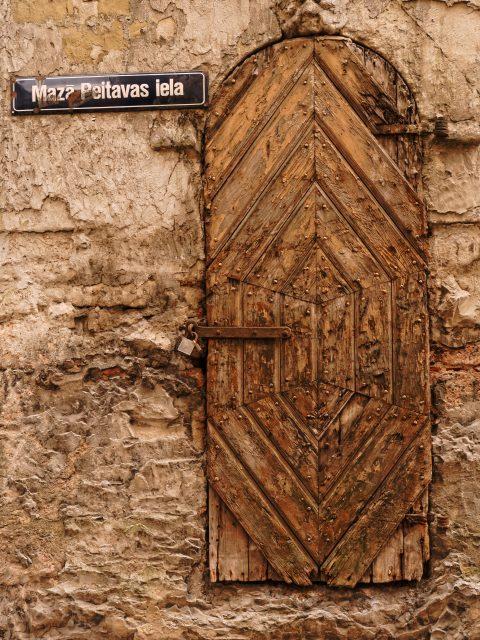 Bild: Diese Tür in der selben Gasse hat ebenfalls ihre besten Zeiten hinter sich. OLYMPUS OM-D E-M5 mit M.ZUIKO DIGITAL ED 12‑40mm 1:2.8. ISO 200 ¦ f/5,6 ¦ 25 mm ¦ 1/60 s ¦ kein Blitz. Klicken Sie auf das Bild um es zu vergrößern.