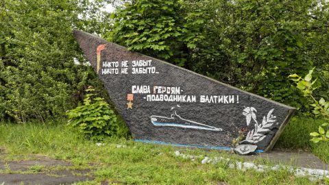 Bild: Niemand ist vergessen - Nichts ist vergessen. Denkmal zu Ehren der ehemaligen Baltischen Rotbannerflotte im Stadtteil Daugavgriva in Riga. OLYMPUS OM-D E-M5 mit M.ZUIKO DIGITAL ED 12‑40mm 1:2.8. ISO 640 ¦ f/5,6 ¦ 18 mm ¦ 1/60 s ¦ kein Blitz. Klicken Sie auf das Bild um es zu vergrößern.