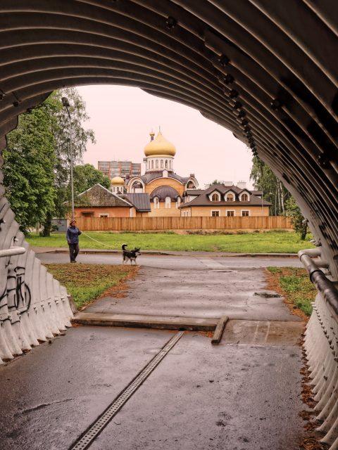 Bild: Russisch-Orthodoxe Kirche in Daugavgrīva. OLYMPUS OM-D E-M5 mit M.ZUIKO DIGITAL ED 12‑40mm 1:2.8. ISO 640 ¦ f/7,1 ¦ 18 mm ¦ 1/200 s. Klicken Sie auf das Bild um es zu vergrößern.