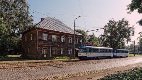Bild: Ein gut ausgebautes Straßenbahnnetz verbindet die Vorstädte mit dem Zentrum von Rīga. Hier ist es eine alte TATRA, die perfekt zum etwas morbiden Charme der Moskauer Vorstadt passt. OLYMPUS OM-D E-M5 mit M.ZUIKO DIGITAL ED 12‑40mm 1:2.8. ISO 200 ¦ f/7,1 ¦ 12 mm ¦ 1/800 s ¦ kein Blitz. Klicken Sie auf das Bild um es zu vergrößern.