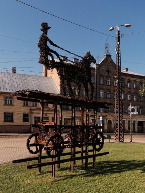 Bild: Von der Ecke Maskavas iela und Mazā Kalna iela fuhren ab 1882 die ersten von Pferden gezogenen Straßenbahnen in das Zentrum von Rīga. OLYMPUS OM-D E-M5 mit M.ZUIKO DIGITAL ED 12‑40mm 1:2.8. ISO 200 ¦ f/2,8 ¦ 12 mm ¦ 1/4000 s ¦ kein Blitz. Klicken Sie auf das Bild um es zu vergrößern.