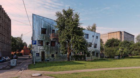 Bild: Die Tagesstätte für Obdachlose in Rīga in der Katoļu ielā ist ein gutes Beispiel für die moderne Architektur in Lettland. OLYMPUS OM-D E-M5 mit M.ZUIKO DIGITAL ED 12‑40mm 1:2.8. ISO 200 ¦ f/5,6 ¦ 12 mm ¦ 1/400 s ¦ kein Blitz. Klicken Sie auf das Bild um es zu vergrößern.