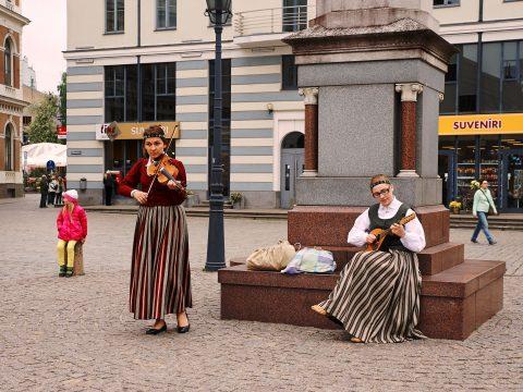 Bild: Traditionelle Musik und junge Menschen schließen sich in Lettland nicht aus. Musikerinnen auf dem Rātslaukums in der Altstadt von Rīga. Mit freundlicher Genehmigung der abgebildeten Personen - NIKON D700 mit TAMRON SP 24-70mm F/2.8 Di VC USD. ISO 200 ¦ f/7,1 ¦ 50 mm ¦ 1/100 s ¦ kein Blitz. Klicken Sie auf das Bild um es zu vergrößern.