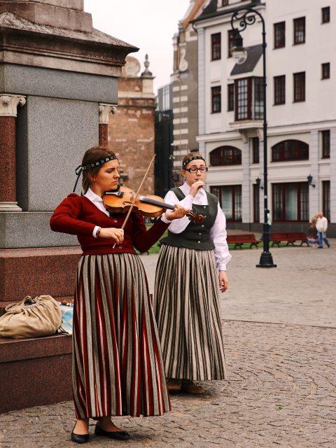 Bild: Traditionelle Musik und junge Menschen schließen sich in Lettland nicht aus. Musikerinnen auf dem Rātslaukums in der Altstadt von Rīga. Mit freundlicher Genehmigung der abgebildeten Personen - NIKON D700 mit TAMRON SP 24-70mm F/2.8 Di VC USD. ISO 200 ¦ f/5,6 ¦ 70 mm ¦ 1/500 s ¦ kein Blitz. Klicken Sie auf das Bild um es zu vergrößern.