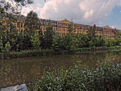 Das andere Riga - historisches Industriegebäude der Rīgas elektromašīnbūves rūpnīca  (RER) im Stadtteil Sarkandaugava von Riga. OLYMPUS OM-D E-M5 mit M.ZUIKO DIGITAL ED 12‑40mm 1:2.8. ISO 200 ¦ f/9 ¦ 12 mm ¦ 1/500 s ¦ kein Blitz. Klicken Sie auf das Bild um es zu vergrößern.