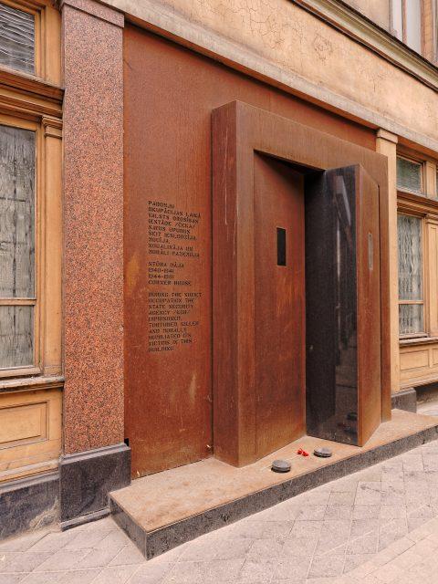 Bild: Stūra māja und der Terror des sowjetischen KGB in Riga. OLYMPUS OM-D E-M5 mit M.ZUIKO DIGITAL ED 12‑40mm 1:2.8. ISO 200 ¦ f/2,8 ¦ 12 mm ¦ 1/60 s ¦ kein Blitz. Klicken Sie auf das Bild um es zu vergrößern.