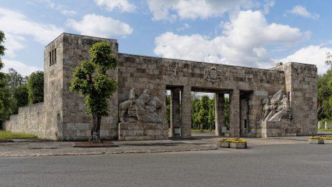 Bild: Am Brüderfriedhof - dem Brāļu kapi - von Riga. OLYMPUS OM-D E-M5 mit M.ZUIKO DIGITAL ED 12‑40mm 1:2.8. ISO 200 ¦ f/7,1 ¦ 12 mm ¦ 1/400 s. Klicken Sie auf das Bild um es zu vergrößern.