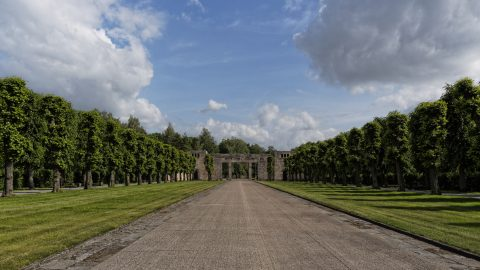 Bild: Am Brüderfriedhof - dem Brāļu kapi - von Riga. OLYMPUS OM-D E-M5 mit M.ZUIKO DIGITAL ED 12‑40mm 1:2.8. ISO 200 ¦ f/9 ¦ 12 mm ¦ 1/500 s. Klicken Sie auf das Bild um es zu vergrößern.
