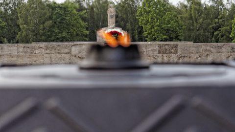 """Bild: Auf dem Brüderfriedhof - dem Brāļu kapi - von Riga. Die """"Ewige Flamme"""" mit der Statue """"Mutter mit den gefallenen Söhnen"""". OLYMPUS OM-D E-M5 mit M.ZUIKO DIGITAL ED 12‑40mm 1:2.8. ISO 200 ¦ f/2,8 ¦ 40 mm ¦ 1/4000 s. Klicken Sie auf das Bild um es zu vergrößern."""