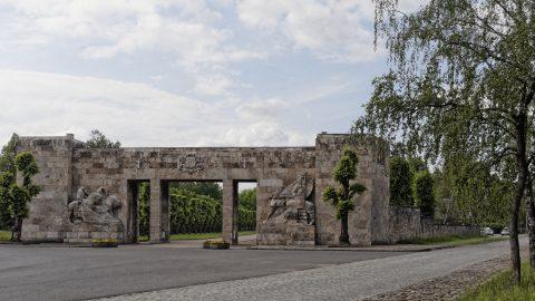 Bild: Am Brüderfriedhof - dem Brāļu kapi - von Riga. OLYMPUS OM-D E-M5 mit M.ZUIKO DIGITAL ED 12‑40mm 1:2.8. ISO 200 ¦ f/7,1 ¦ 18 mm ¦ 1/400 s. Klicken Sie auf das Bild um es zu vergrößern.