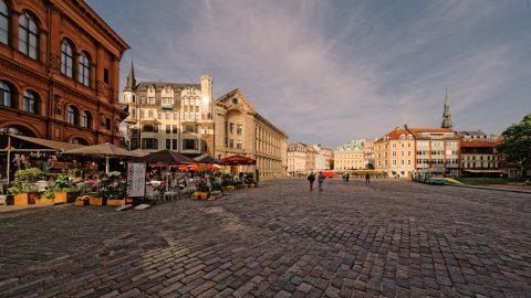 Bild: Abends unterwegs auf dem Domplatz in Riga. NIKON D700 mit SIGMA 12-24 F4.5-5.6 II DG HSM. ISO 200 ¦ f/9 ¦ 12 mm ¦ 1/640 s ¦ kein Blitz. Klicken Sie auf das Bild um es zu vergrößern.