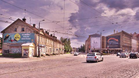 Bild: Die Brīvības iela in Rīga war vor der Unabhängigkeit ein bedeutender Industriestandort. Heute ist sie eine der wichtigen Ausfallstraßen mit viel Verkehr. OLYMPUS OM-D E-M5 mit M.ZUIKO DIGITAL ED 12‑40mm 1:2.8. ISO 200 ¦ f/9 ¦ 12 mm ¦ 1/250 s ¦ kein Blitz. Klicken Sie auf das Bild um es zu vergrößern.