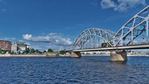 Bild: Über diese Eisenbahnbrücke über die Daugava wird der gesamte Eisanbahnverker von Rīga in Richtung Osten abgewickelt. NIKON D700 mit TAMRON SP 24-70mm F/2.8 Di VC USD. ISO 200 ¦ f/9 ¦ 24 mm ¦ 1/640 s ¦ kein Blitz. Klicken Sie auf das Bild um es zu vergrößern.