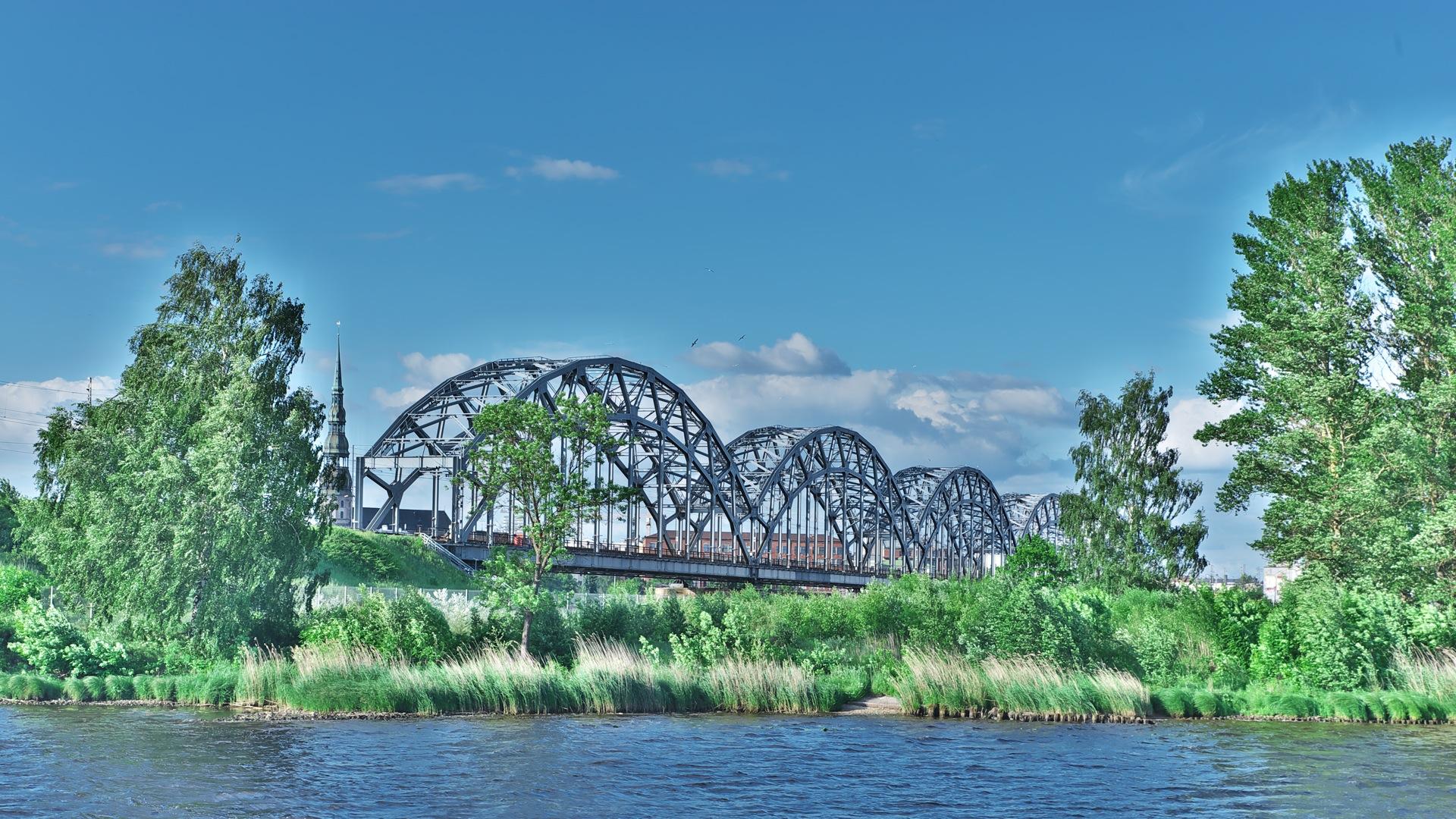Bild: Eisenbahnbrücke und Peterskirche von Rīga. NIKON D700 mit TAMRON SP 24-70mm F/2.8 Di VC USD. ISO 200 ¦ f/11 ¦ 50 mm ¦ 1/160 s ¦ kein Blitz. Klicken Sie auf das Bild um es zu vergrößern.