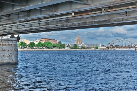 Bild: Die bereits etwas rotte Vanšu-Brücke mit Blick auf die Altstadt und die Moskauer Vorstadt von Rīga. NIKON D700 mit TAMRON SP 24-70mm F/2.8 Di VC USD. ISO 200 ¦ f/11 ¦ 50 mm ¦ 1/200 s ¦ kein Blitz. Klicken Sie auf das Bild um es zu vergrößern.
