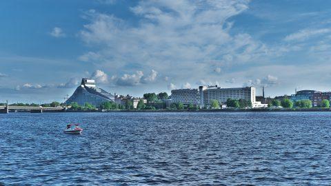 Bild: Blick auf die neu eröffnete Lettische Nationalbibliothek im Stadtteil Āgenskalns von Rīga. NIKON D700 mit TAMRON SP 24-70mm F/2.8 Di VC USD. ISO 200 ¦ f/9 ¦ 50 mm ¦ 1/500 s ¦ kein Blitz. Klicken Sie auf das Bild um es zu vergrößern.