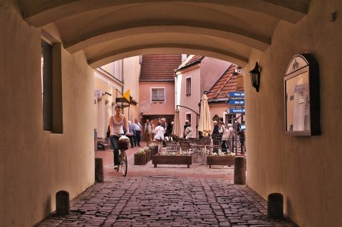 Bild: Touristengruppe im historischen Konventa seta in der Altstadt von Rīga. ISO 200 ¦ f/7,1 ¦ 50 mm ¦ 1/200 s ¦ kein Blitz. Klicken Sie auf das Bild um es zu vergrößern.