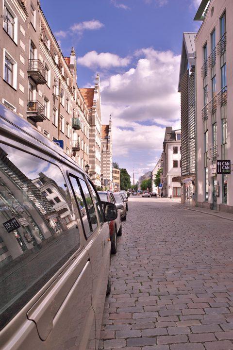Bild: Blick von der Kungu iela in der Altstadt von Rīga auf den Fernsehturm. NIKON D700 mit TAMRON SP 24-70mm F/2.8 Di VC USD. ISO 200 ¦ f/11 ¦ 24 mm ¦ 1/320 s ¦ kein Blitz. Klicken Sie auf das Bild um es zu vergrößern.