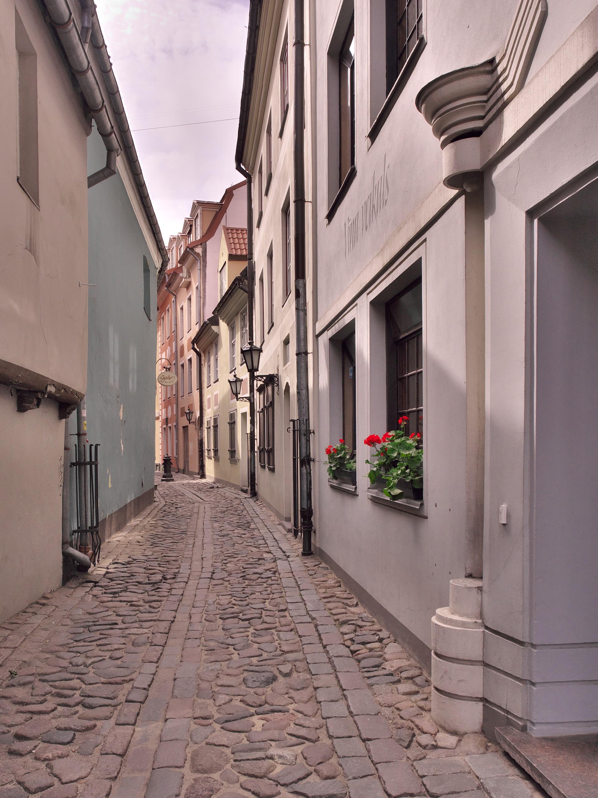 Bild: An manchen Stellen in der Altstadt von Rīga lässt sich die Enge der alten Hansestadt noch hautnah erleben, so wie in der Trokšņu iela. OLYMPUS OM-D E-M5 mit M.ZUIKO DIGITAL ED 12‑40mm 1:2.8. ISO 200 ¦ f/7,1 ¦ 12 mm ¦ 1/500 s ¦ kein Blitz. Klicken Sie auf das Bild um es zu vergrößern.