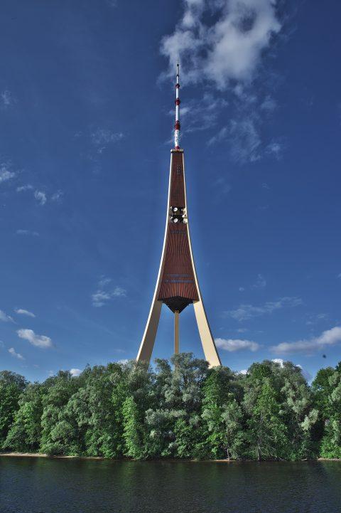Bild: Der Fernsehturm von Rīga ist das höchste Gebäude Lettlands und der höchste Fernsehturm der EU. NIKON D700 mit TAMRON SP 24-70mm F/2.8 Di VC USD. ISO 2000 ¦ f/11 ¦ 24 mm ¦ ¦ 1/400 s kein Blitz. Klicken Sie auf das Bild um es zu vergrößern.